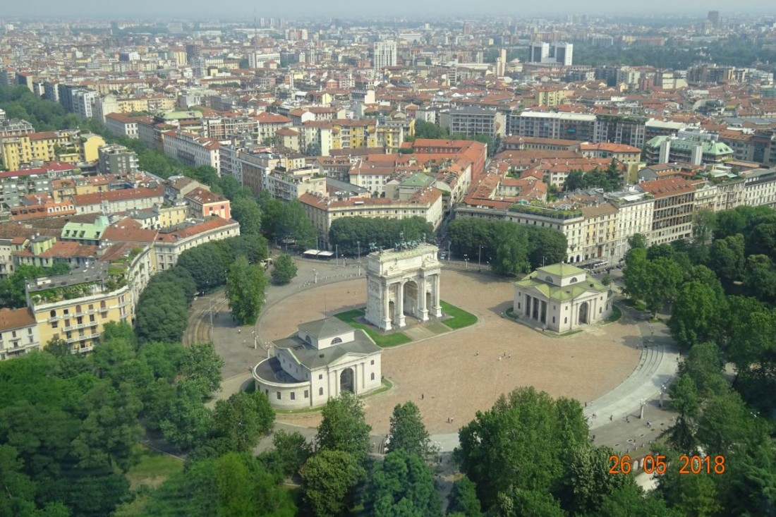 Pohľad zhora na blízky Oblúk mieru na Piazza Sempione. 371beae72a2